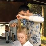 Step 06 - Nelle sezioni restanti cotonare delicatamente le radici, lisciare i capelli e aggiungerli alla coda.