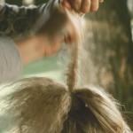Step 08 - Dividere la coda in due, cotonare la parte inferiore. Ripetere nella parte superiore, avendo cura di cotonare solo le radici. Lisciare e distribuire i capelli.