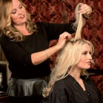 Step 2 - - Per dare volume, cotonare delicatamente i capelli della corona.
