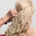 Step 3 - - Dirigere i capelli sui lati verso la parte posteriore includendo la treccia, arrotolarli e fissarli.