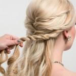 Step 5 - - Prendere i capelli ai lati della nuca e creare una nuova treccia.