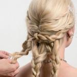 Step 7 - - Suddividere i rimanenti capelli in tre ulteriori sezioni. Intrecciarle e fissare le punte con piccoli elastici in silicone trasparente.Step 8 - - Allargare con le dita ciascuna treccia per dare texture e arrotolarle per formare una sorta di coccarda.Step 9 - - Dare la forma desiderata alle tre coccarde e aggiungere alcune forcine per dare maggiore sostegno all'acconciatura.Step 7 - - Suddividere i rimanenti capelli in tre ulteriori sezioni. Intrecciarle e fissare le punte con piccoli elastici in silicone trasparente