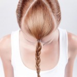 Step 1 - Dopo aver lavato e asciugato i capelli, applicare su tutta la testa uno shampoo secco texturizzante per creare la giusta texture nei capelli. Suddividere la capigliatura in due sezioni, tracciando una linea che dall'apice arrivi alla fronte all'altezza degli occhi.Step 2 - Fissare sul davanti la sezione ottenuta, che dev'essere di forma triangolare con la sommità del triangolo che termina sulla corona (all'altezza della punta delle orecchie).Step 3 - Arricciare i capelli della sezione posteriore in modo irregolare in varie direzioni utilizzando un ferro, dando così movimento ai capelli.Step 8 - Pettinare i capelli della sezione anteriore con una spazzola piatta e formare una treccia alla francese a partire dalla base della coda di cavallo, fissando le punte sotto la treccia stessa. Con le dita e l'aiuto di piccole forcine dare il tocco finale alla treccia francese,a formare una sorta di ciuffo.Risultato FinaleStep 1 - Dopo aver lavato e asciugato i capelli, applicare su tutta la testa uno shampoo secco texturizzante per creare la giusta texture nei capelli. Suddividere la capigliatura in due sezioni, tracciando una linea che dall'apice arrivi alla fronte all'altezza degli occhi.