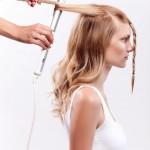 Step 3 - Arricciare i capelli della sezione posteriore in modo irregolare in varie direzioni utilizzando un ferro, dando così movimento ai capelli.