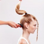 Step 4 - Con l'aiuto di una spazzola piatta pettinare i capelli appena arricciati e racchiuderli in una coda di cavallo sull'apice della testa.