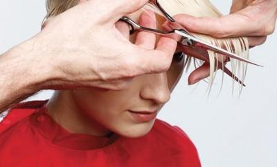 Step 6 - Tagliare il Settore 1 pettinando tutti i capelli in avanti e tagliare il ciuffo in diagonale posteriore.