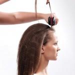 Step 1 - Lavare ed asciugare i capelli. Trattare i capelli con un ferro per renderli frisé e pettinarli poi con un pettine.Step 2 - Suddividere i capelli in 5 sezioni. La sezione n.1 a forma di cerchio sulla parte posteriore servirà come centro di tutta l'acconciatura. La sezione n.2 parte dalla sezione 1 e viene separata da linee che vanno a finire sulla sommità delle orecchie. Ora suddividere la parte anteriore in tre parti.Step 3 - Suddividere i capelli in 5 sezioni. La sezione n.1 a forma di cerchio sulla parte posteriore servirà come centro di tutta l'acconciatura. La sezione n.2 parte dalla sezione 1 e viene separata da linee che vanno a finire sulla sommità delle orecchie. Ora suddividere la parte anteriore in tre parti.Step 8 - Fissare l'acconciatura con la Laque Couture di Kérastase Paris. Vaporizzare con Power Light di Bio Ionic al fine di perfezionare la forma per ottenere l'effetto desiderato.Risultato finaleStep 1 - Lavare ed asciugare i capelli. Trattare i capelli con un ferro per renderli frisé e pettinarli poi con un pettine.