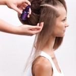 Step 6 - Lisciare i capelli nella sezione n. 2 con l'ausilio di una spazzola piatta e il siero Touche Finale di Kérastase Paris. Lavorare in direzione della sezione n.1 e fissare i capelli con le forcine sopra l'imbottitura.