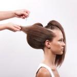 Step 7 - Dividere i capelli nella sezione n. 3 in tre parti uguali e ripetere la stessa procedura come mostrato in figura 4. Portare le ciocche di capelli indietro e fissarli sopra l'imbottitura, pettinandoli da sinistra verso destra.