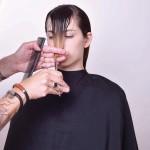 Step 6 - Definire la lunghezza anteriore creando due leggere diagonali posteriori. Successivamente creare una riga centrale, elevare i capelli e alleggerire in point cutting.