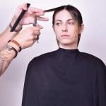 Step 7 - Definire la lunghezza anteriore creando due leggere diagonali posteriori. Successivamente creare una riga centrale, elevare i capelli e alleggerire in point cutting.