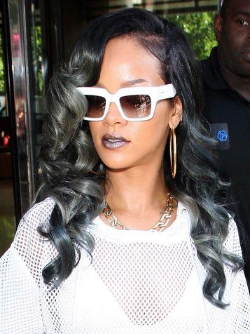 Rihanna-con-capelli-lunghi -e-shatush-di-colore-grigio-argentato su vertical dyn be4ff4cdb302