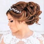 Acconciature-sposa-2015-capelli-raccolti-morbidi-con-fiori