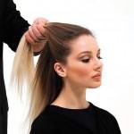 Step 1 - Sollevare la parte superiore della capigliatura, creando una sezione che parte dall'orecchio destro e termina all'orecchio sinistro.