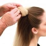 Step 3 - Tirare all'interno la punta dei capelli, quindi spingere in avanti con un gesto rapidissimo per ottenere una forma molto morbida e femminile, creando un volume sulla fronte.