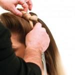 Step 5 - Con la stessa tecnica realizzare un altro nodo, ed aiutandosi con entrambe le mani sistemare il nodo ottenuto in modo che sia ben aderente alla testa.