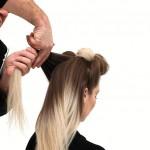 Step 7 - Dopo aver sollevato ogni ciocca, stringendola a metà della sua lunghezza, fare attenzione a tenere i capelli ben tesi e perfettamente lisci prima di annodarli.