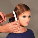 Step 9 - Spazzolare la fascia di capelli separata all'inzio sulla fronte e fissarla morbida all'attaccatura della coda.