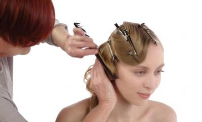Step 7 - Liberare la parte frontale. Allentare i riccioli con un pettine a denti larghi. Usando lunghi becchi d'oca, iniziare a modellare i capelli in onde e fermarle temporaneamente.